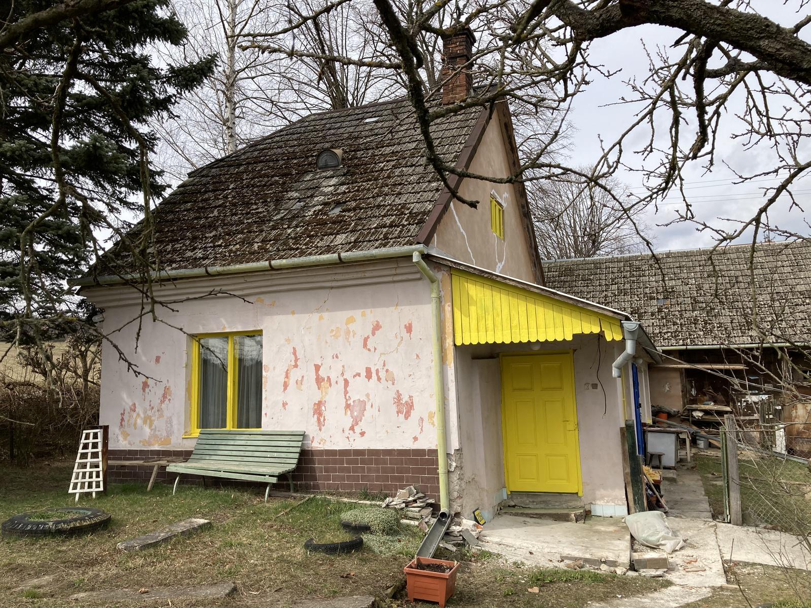 Dom - takmer hotovo 😍 ----  lavica pôjde ku dverám, tieto žlté sú iba na okrasu, dnu sa chodí modrými :)