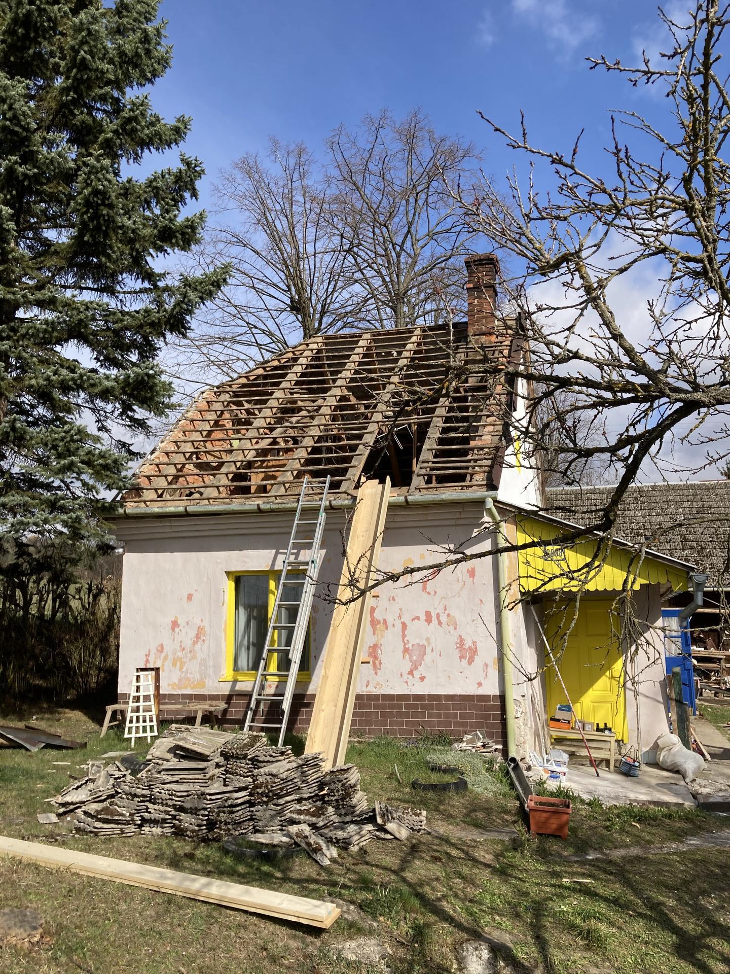 Dom - veľmi veľká diera v streche ;)