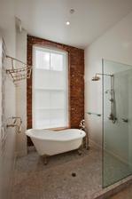 o tehlovej stene...nemusí byť v kúpeľni ;-)