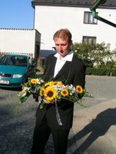 ženich přivezl květiny
