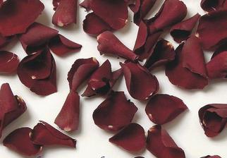 Okvětní plátky růže na stůl.