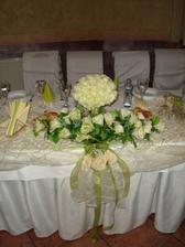 Do čela stolu, jen by bylo v kombinaci bordó a šampaň.