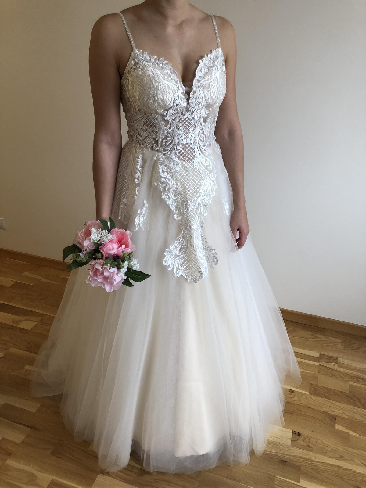 Krajkované svatební šaty s výstřihem do V - Obrázek č. 2