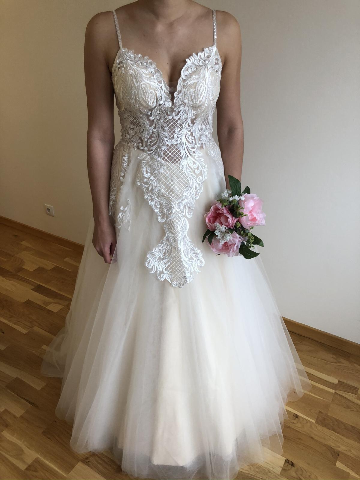 Krajkované svatební šaty s výstřihem do V - Obrázek č. 3