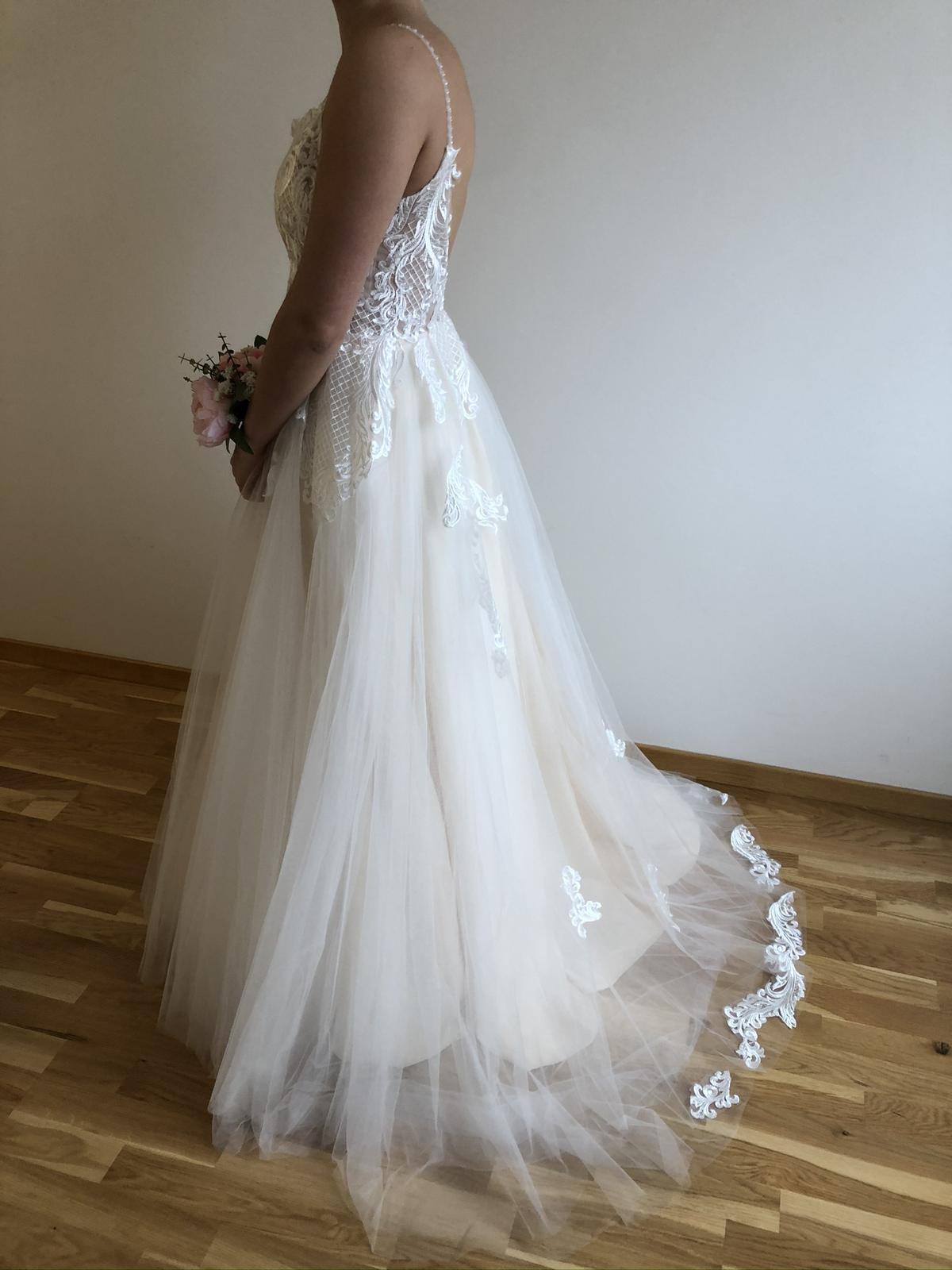 Krajkované svatební šaty s výstřihem do V - Obrázek č. 4