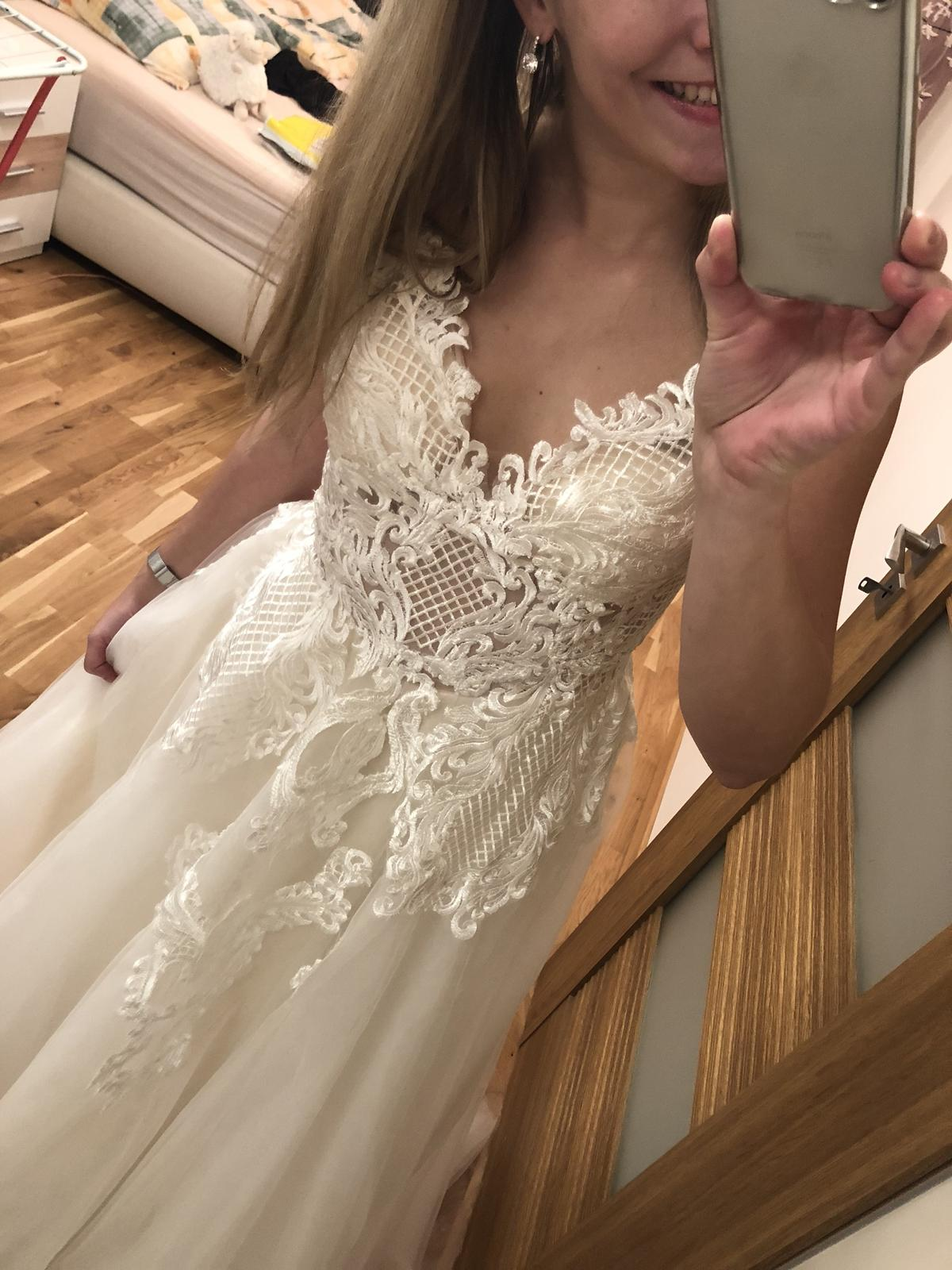 Krajkované svatební šaty s výstřihem do V - Obrázek č. 1