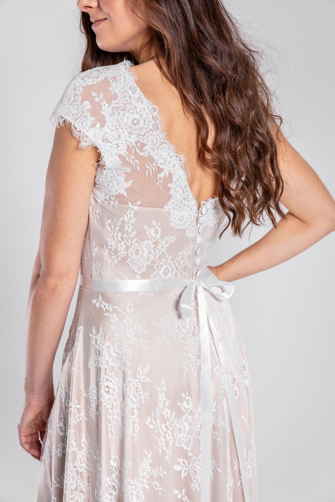 Elegantní svatební šaty s nádhernou vlečkou, 36-44 - Obrázek č. 1