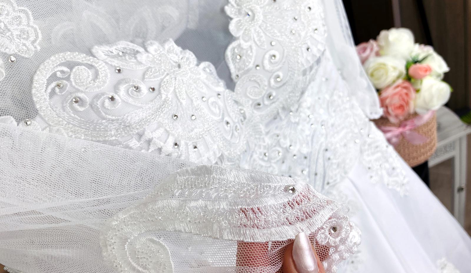 Svadobné šaty so závojom a kruhom :) - Obrázok č. 2