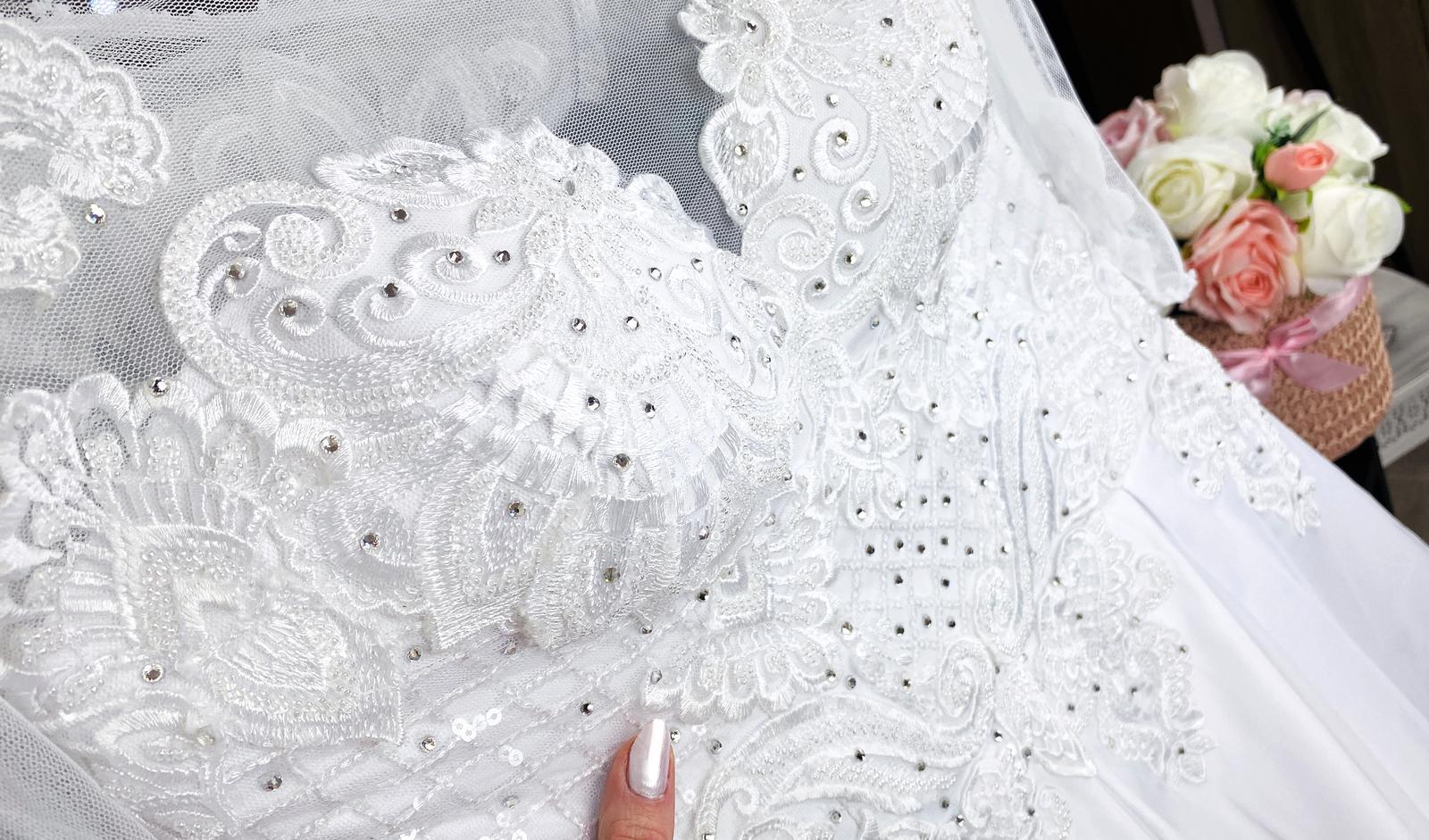 Svadobné šaty so závojom a kruhom :) - Obrázok č. 1