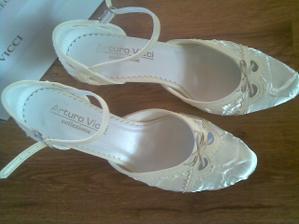 ..moje topánky k svadobným šatám..
