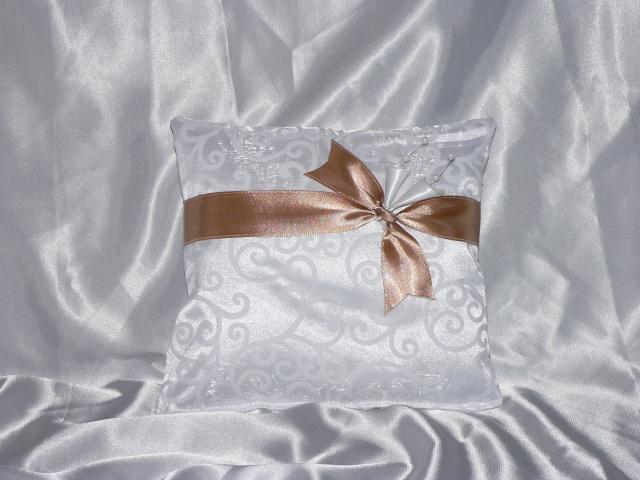 Čo určite chcem... - objednaný vankúšik ale celý biely. už je doma a je krásny. od mamunik, strašne milá a ochotná