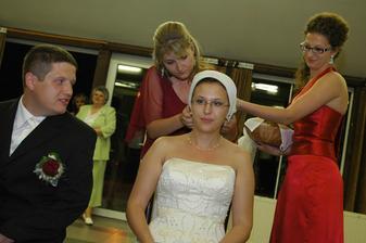 čepčenie si vzali pod palec Tánička a Evička (môj svedok a moja sestrička)