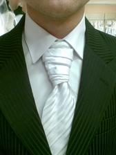 ..detail kravatky,košile a saka z blízka