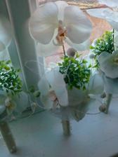 tieto budú vo vázach na stoloch