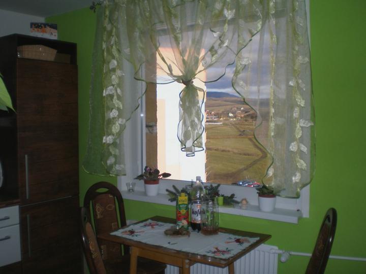 Stôl a stoličky zatial požičané od svokrovcov