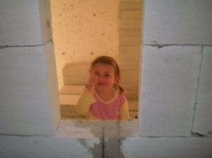 Naša mala kontrolorka v okienku kde budu polička z chodbovej strany