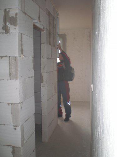 Takto to prebieha u nas - Manžel kontroluje murárov, či je to rovné:))))