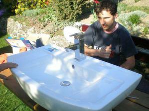 Včera sme si kupili umyvadlo a bateriu tak manžel to skuša