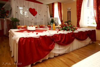 vyzdobeny hlavny stol