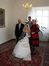 Novomanželé s prarodiči/ Newlyweds with grandparents