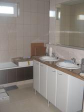 2013 jún - kúpelňa už aj so zrkadlom
