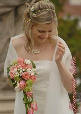 úžasná kytka i s nevěstou;o), líbí se mi ten převis