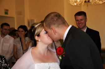 Prvni polibek - doma jsme nacvicovali, aby to vsichni stihli vyfotit :- ))