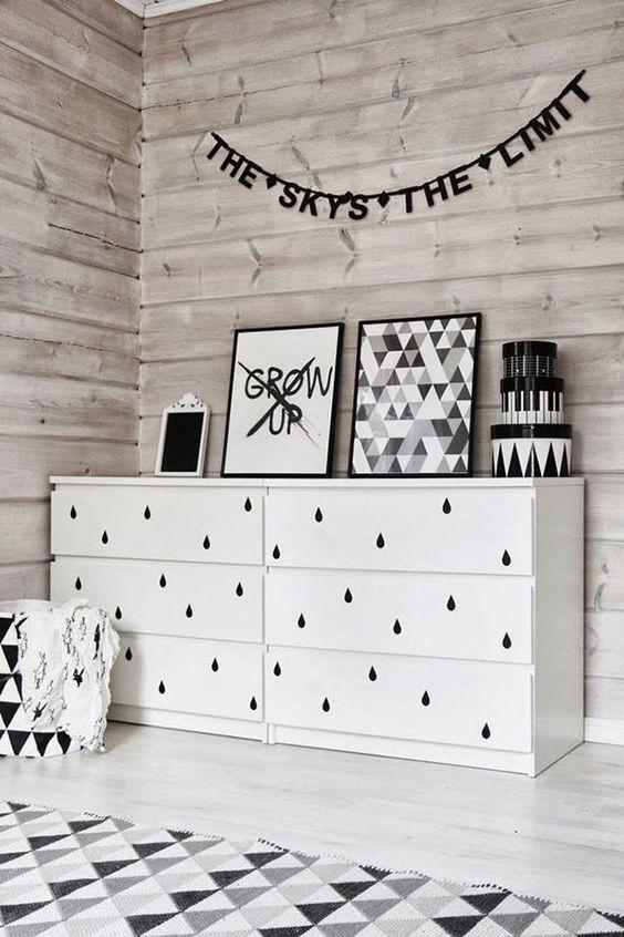 Odškrtávam nákupný zoznam - ikea komodu oživým nálepkami na stenu v tvare kvapiek