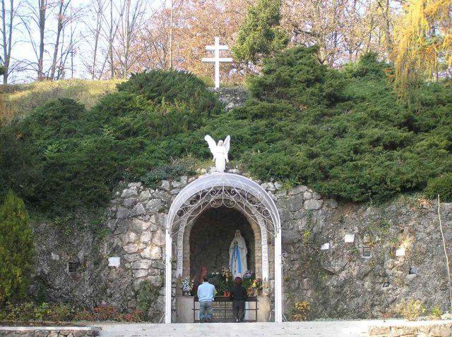 Lurdská jaskyňa pred kaplnou sv. Anny - nádherné prostredie