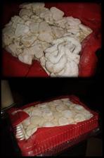 vanilkové rohlíčky a maskované vanilkové rohlíčky... :-D na spodní foto už i šlehačková kolečka, vše v úhledném balíčku připraveno pro staroušky.. :-)