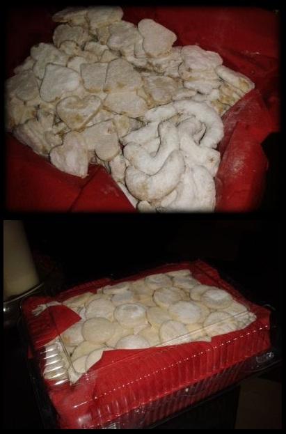 V kuchyni? - vanilkové rohlíčky a maskované vanilkové rohlíčky... :-D na spodní foto už i šlehačková kolečka, vše v úhledném balíčku připraveno pro staroušky.. :-)