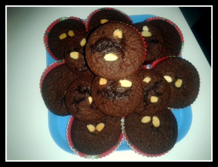 V kuchyni? - zbytek z trojité dávky čokoládovo-mandlových muffinů ze včerejška..
