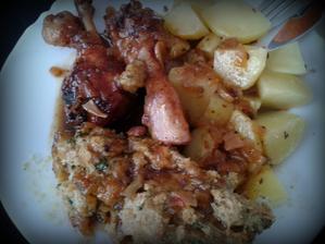 kuřecí paličky na chilli a medu, nádivka a vařené brambůrky...