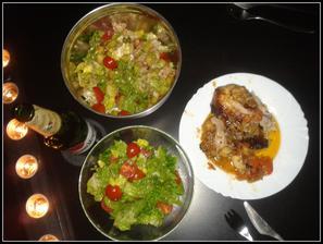 Kuřátko pečené na celeru, cibulce a mrkvi s dvěma druhy salátů...