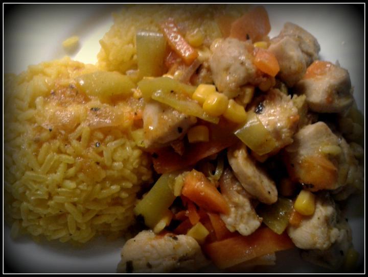 """V kuchyni? - Dnešní oběd """"Jaro voláme Tě"""".. :-) curry rýže se směsí z kuřecího masa, červené cibule, papriky, rajčátek, mrkve a kukuřice.. :-)"""