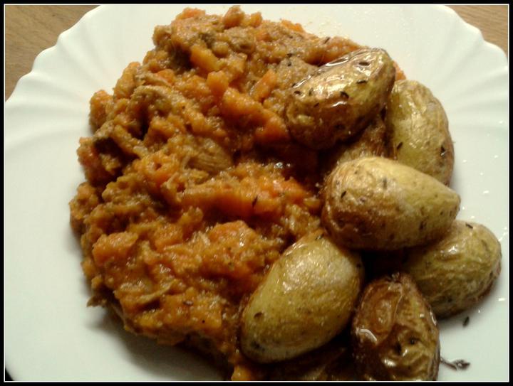V kuchyni? - vepřové dušené v mrkvi, když není čas na hrdinství a pečené nové brambory