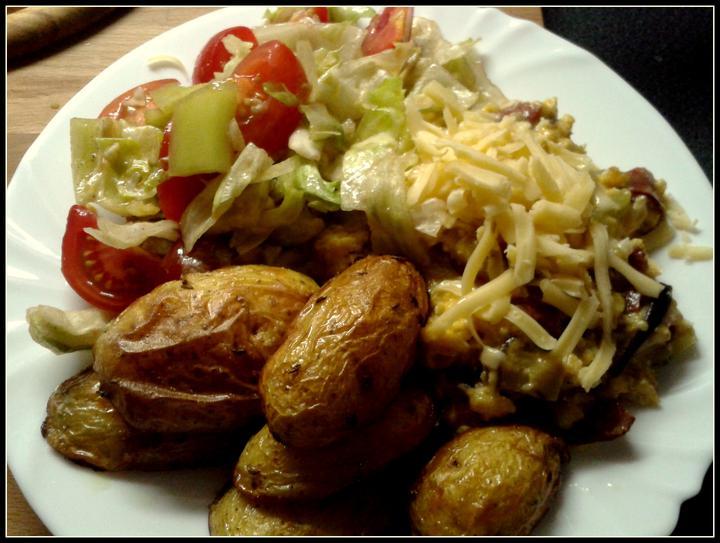 V kuchyni? - lehký salátek jen s oliváčkem, pečené nové brambůrky a pánev co dům dal = salám, rajčátka, paprika, vajíčka a sýr