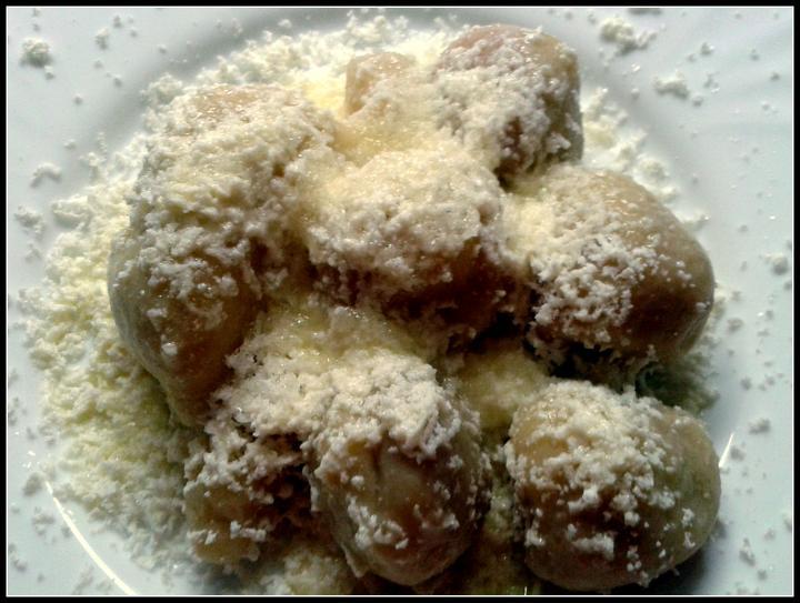V kuchyni? - Tvarohové jahodové knedlíky (zbytek i s těmi meruňkovými je v mrazáku na horší časy)