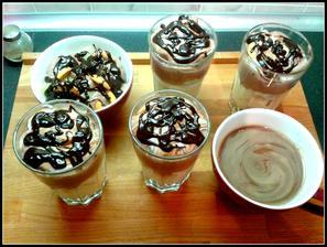 dnešní dezert co lednice dala a ze zbytku čokošky horká čokoláda...