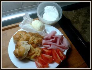 domácí houstičky, domácí máslo, domácí lučina.... šunka a rajče z trhu.. :-)