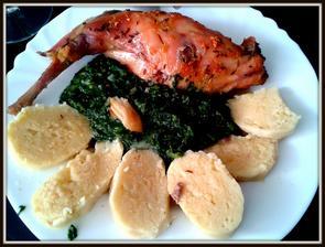 králík na česneku, špenát a domácí bramborový knedlíček..