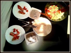 kuře v šunce, pečené rajčátka, omáčka z žampionů, tortilky a salát