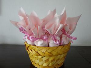 kornoutky se svatební rýží a konfetami
