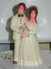 Naše marcipánové figurky na dort. Jen ženichovi včera upadla hlava, tak jsem ji musela pracně přidělat. Snad bude držet:)