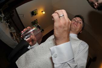 ženich doplnuje tekutiny :-)