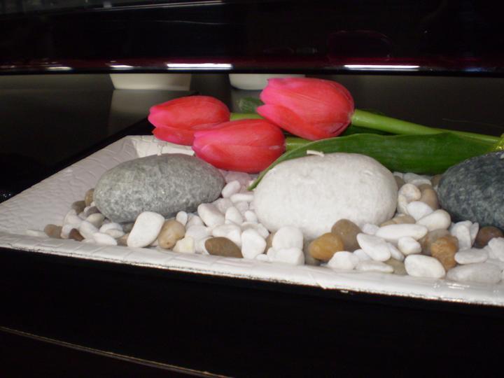 Pokusy o aranžmá... - sviečky trošku oživene tulipanmi...