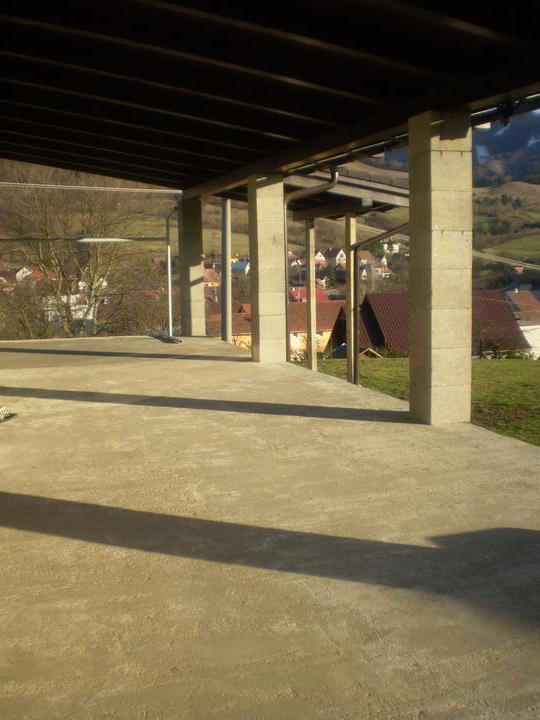Domček na kopčeku - terasa na ktorej je vela vela roboty...