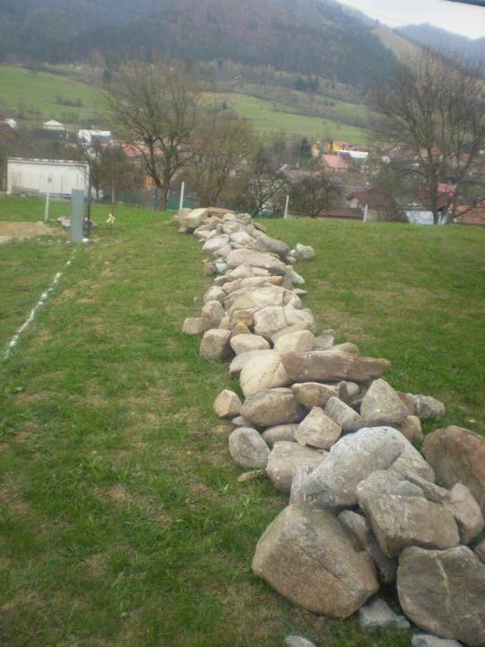 Domček na kopčeku - kamene nachystane...