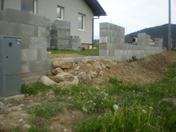Domček na kopčeku - tu bude brana..