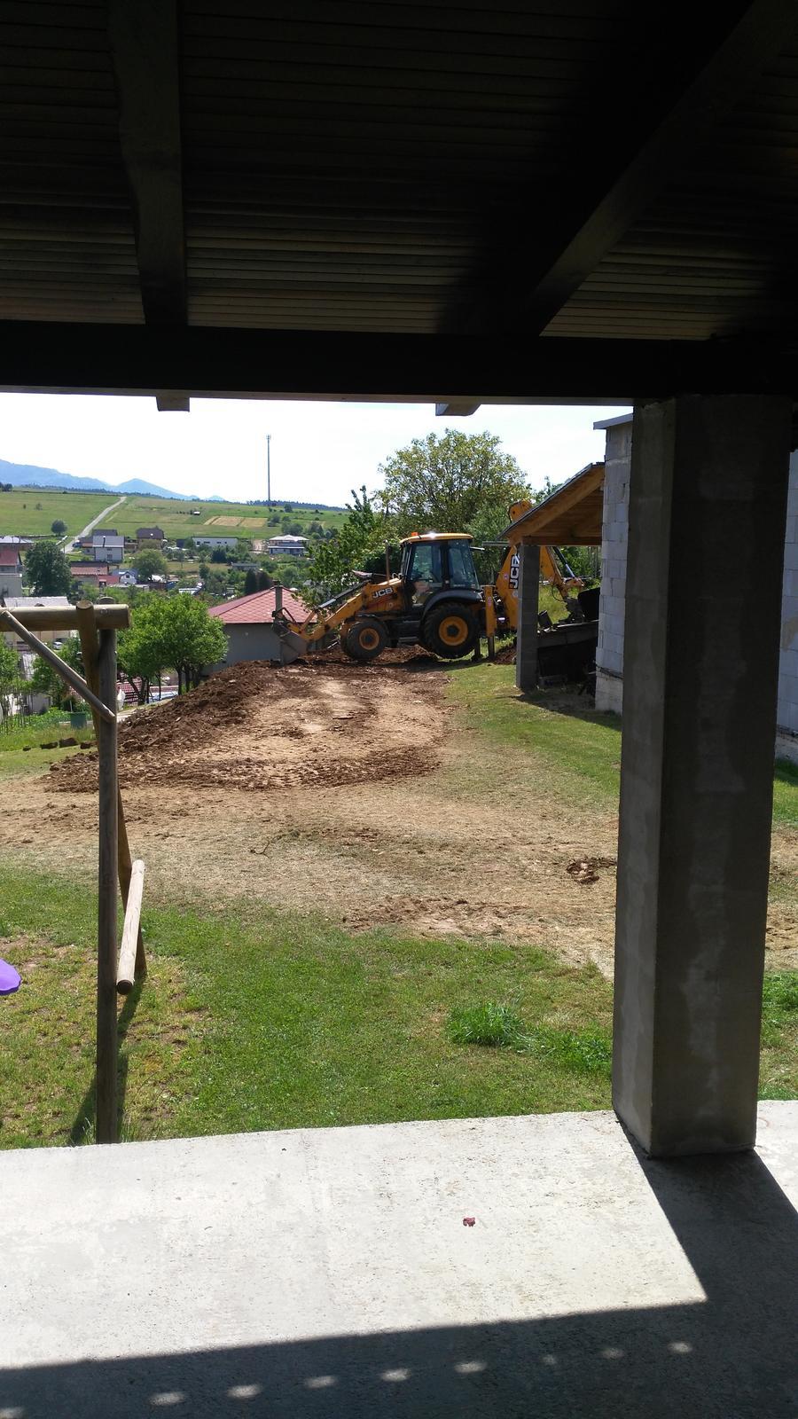 Domček na kopčeku - snažíme sa vyrovnát kopcovitý terén....